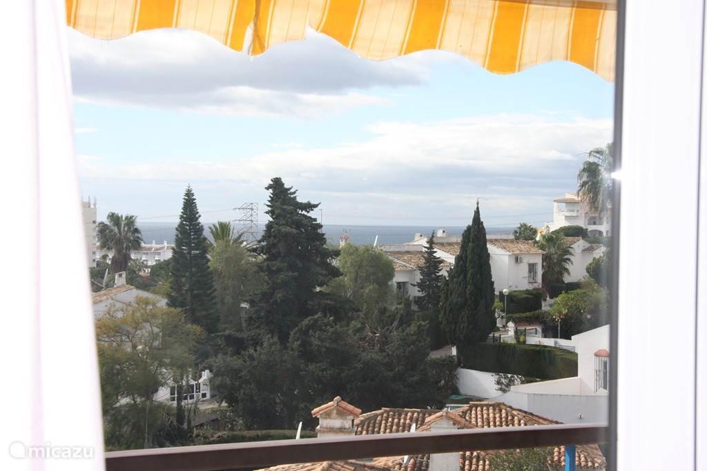 Zeezicht vanuit de woonkamer en het balkon, wat bijna de hele middag in de zon ligt.