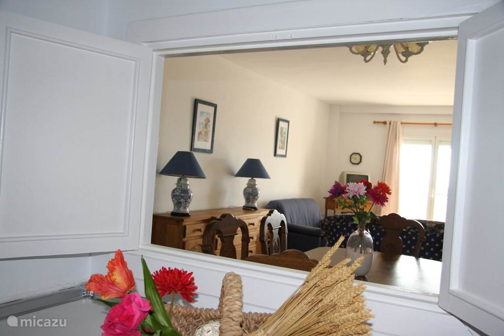 doorkijkje van de keuken naar de woonkamer.