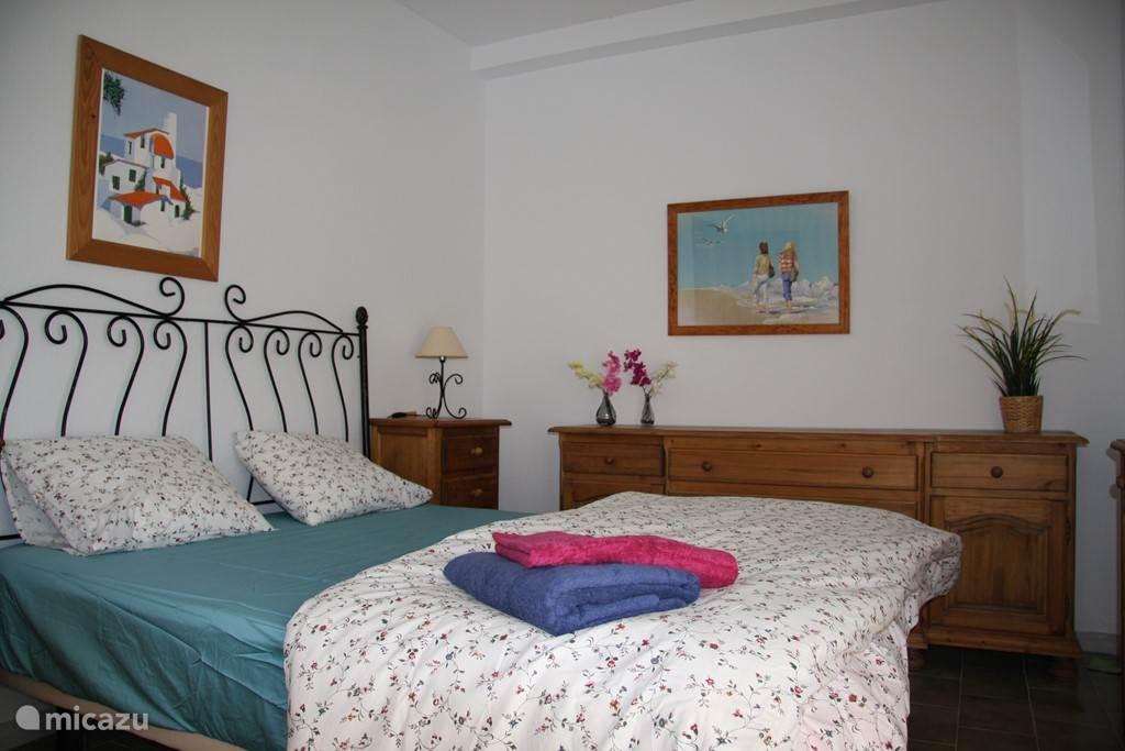 2 slaapkamers met tweepersoonsbed en 1 slaapkamer met 2 eenpersoonsbed