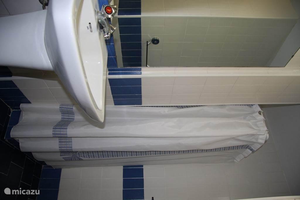 2 badkamers met toilet en douche