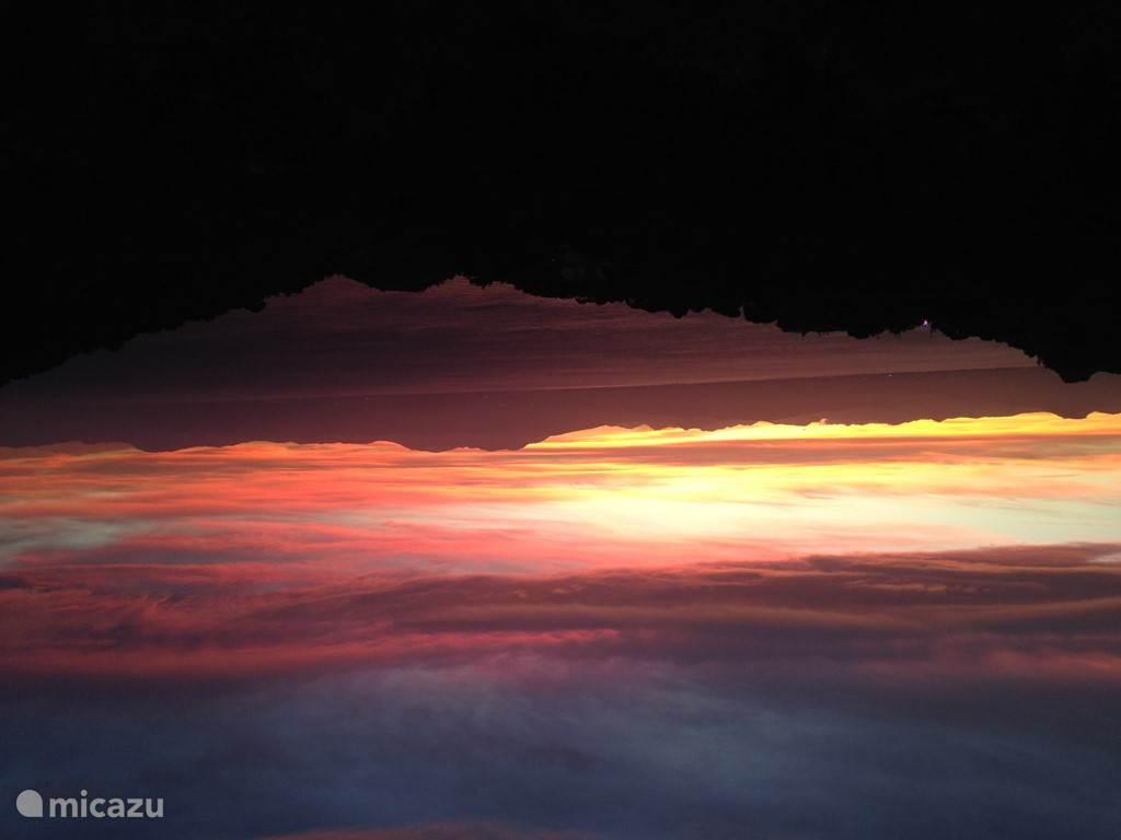 Zonsondergang achter het gebergte bij Korinthe