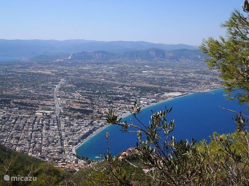 Uitzicht op Loutraki vanaf het klooster Osios Patapios