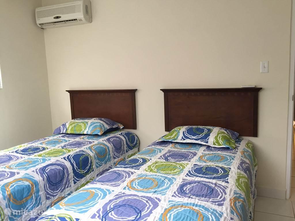 tweede slaapkamer met twee losse bedden. deze kunnen tegen elkaar worden geschoven.