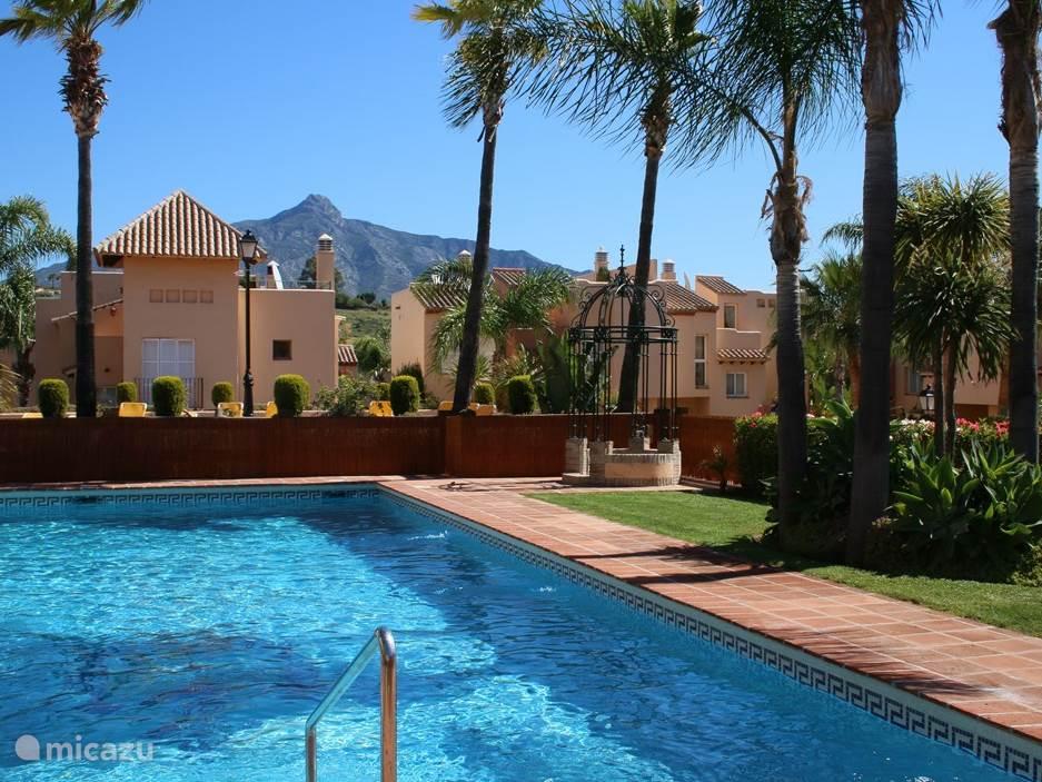 Op het goed beveiligde en mooie groene park ligt dit zwembad op slechts 25 stappen van ons huis. De huizen zijn veelal van (werkende) particulieren, dus de zwembaden zijn heel rustig. Op een drukke dag liggen er slechts 5-12 mensen aan het zwembad! Er zijn ligstoelen.