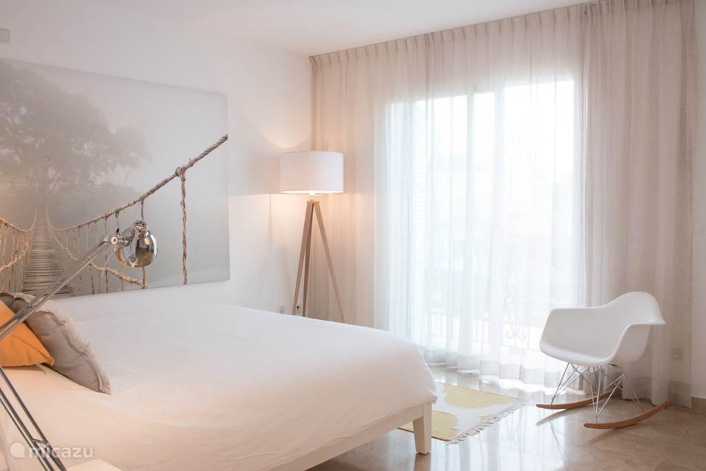 De balkonkamer is Ingericht met wit, hout, okergeel en zachtgrijs. 2 schuifdeuren naar het balkon. Deze kamer heeft een en-suite badkamer met bad/douche, wc, bidet en wastafel. De bedden zijn luxe en de matrasmaat is 160x200