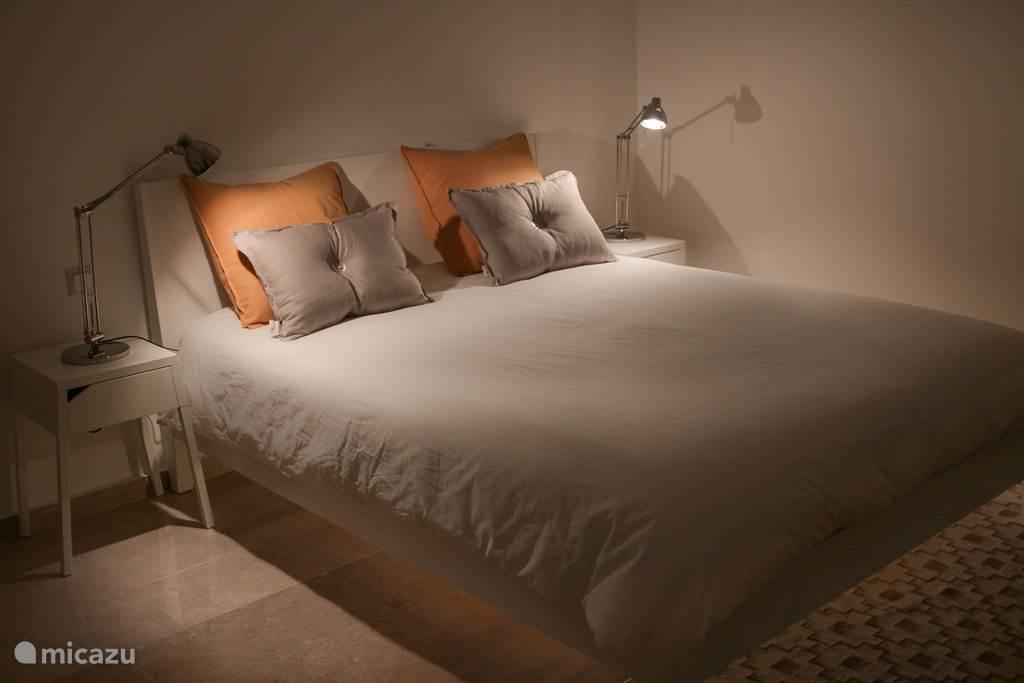 De slaapkamer heeft halogeenverlichting en indirecte sfeerverlichting onder het bed.