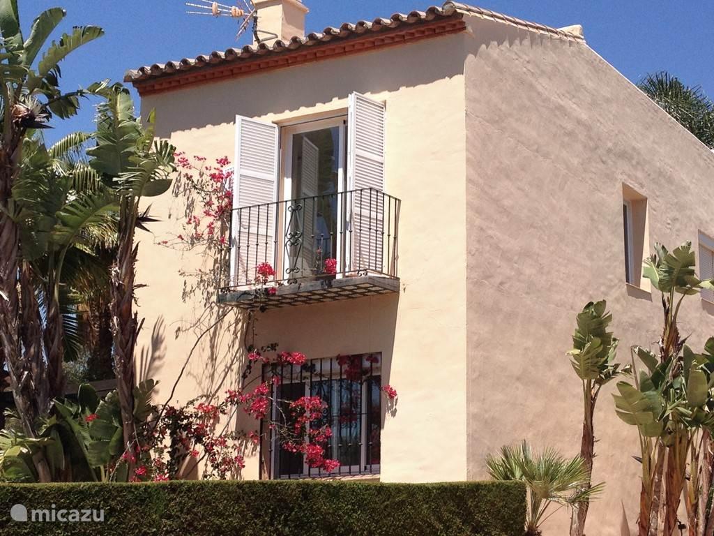 Ons huis, aan 3 zijden vrijstaand, biedt zeer veel privacy. Het balkon ligt op de kopse kant. Aan de lange achterzijde van het huis ligt een gazon en staan 5 palmbomen. Verder een terrasdeel met lounge-hoek en een heerlijke buitentafel, met uitzicht op heuvels en velden.