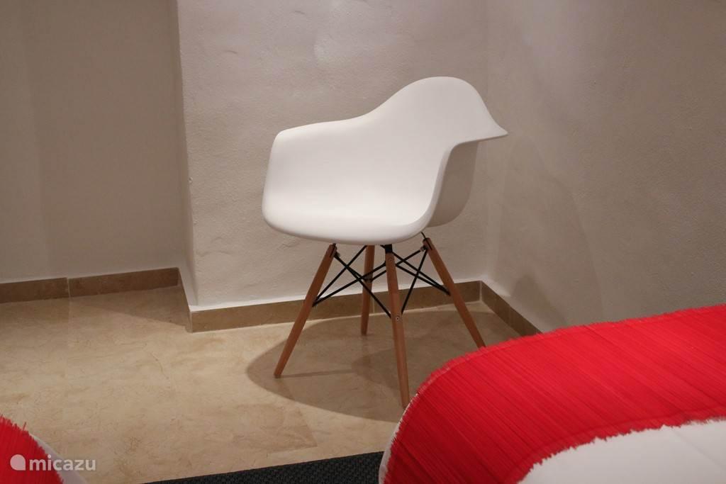 De trap af naar beneden; design en frisse kleuren in de rode slaapkamer