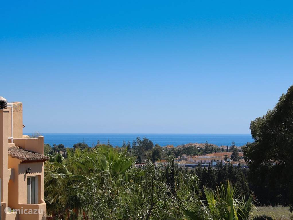 Op het dakterras een prachtig uitzicht over de berg La Concha aan de ene kant, en de zee (1,5 km van huis) aan de andere kant.