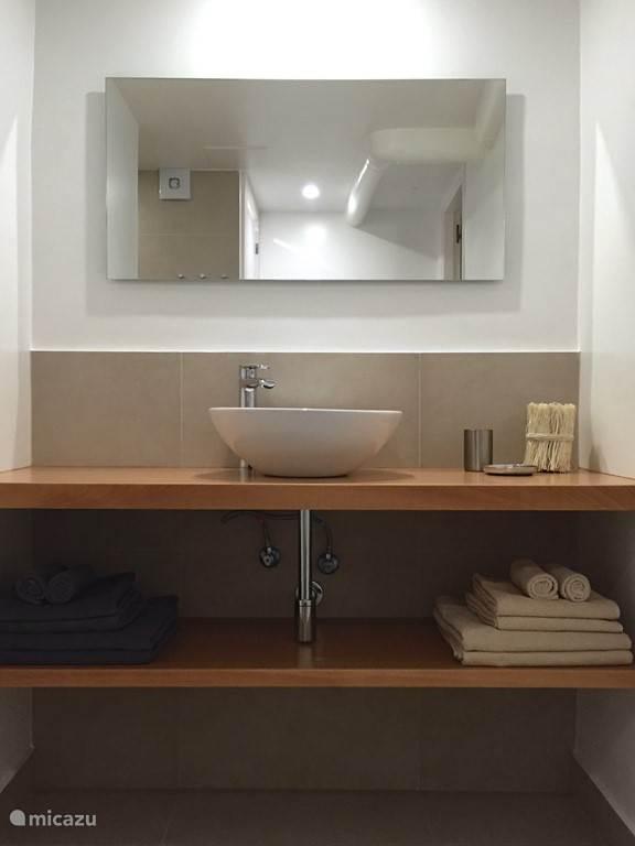 Nieuw gebouwde badkamer, opgeleverd april 2016. Deze badkamer grenst aan de rode slaapkamer