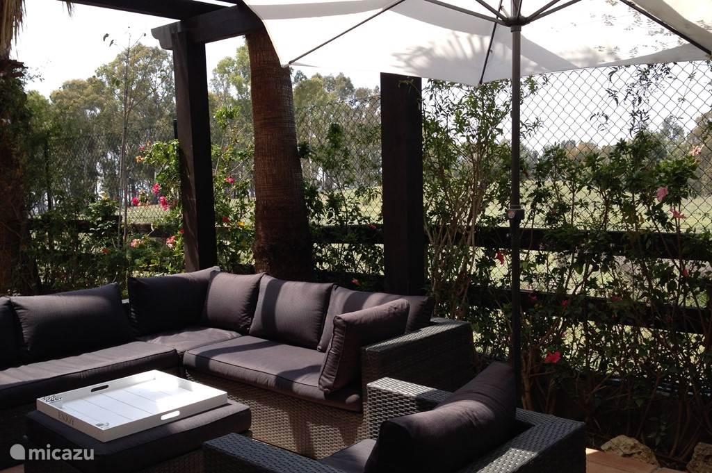 De lounge zithoek buiten, met veel privacy, zonder achterburen.