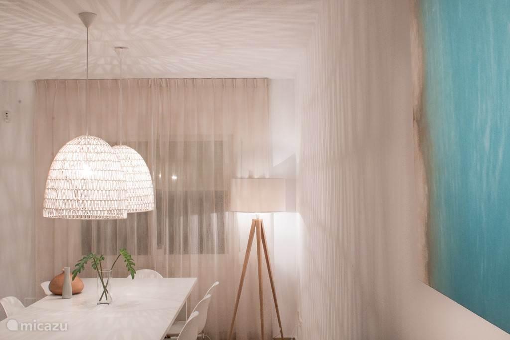 Het effect van een minimalistisch schilderij en design lampen
