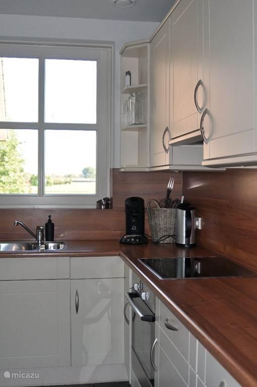 Keuken compleet ingericht en uitgerust met vaatwasser, oven, magnetron, inductie kookplaat, koelkast en vrieser