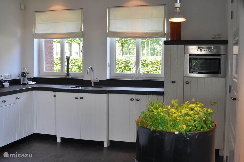 keuken met 5-pits gasfornuis / oven-magnetron / vaatwasser / koelkast