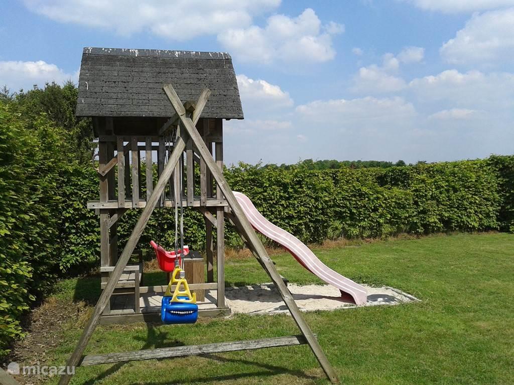 speelhuisje voor de kinderen in de afgesloten tuin