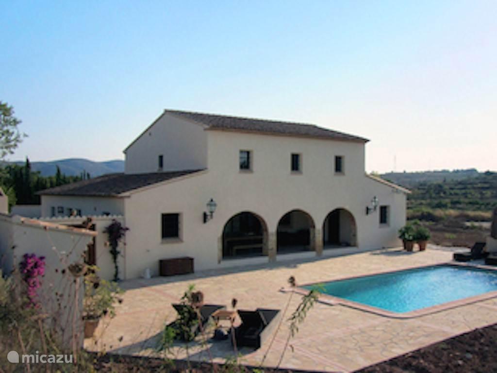 Dit nieuwe huis is in de authentieke Finca stijl gebouwd. Bij het royale zwembad van 8 x 4 meter met comfortable ligbedden, grote parasols, ligt een prachtig groot zonnig terras met overdekte eet- en loungehoek en vaste buitenhaard/barbecue.