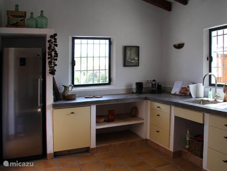 De royale keuken heeft alle moderne apparatuur, Nespresso koffie-apparaat, grote koelkast, oven, magnetron, vaatwasser en diverse kookboeken.