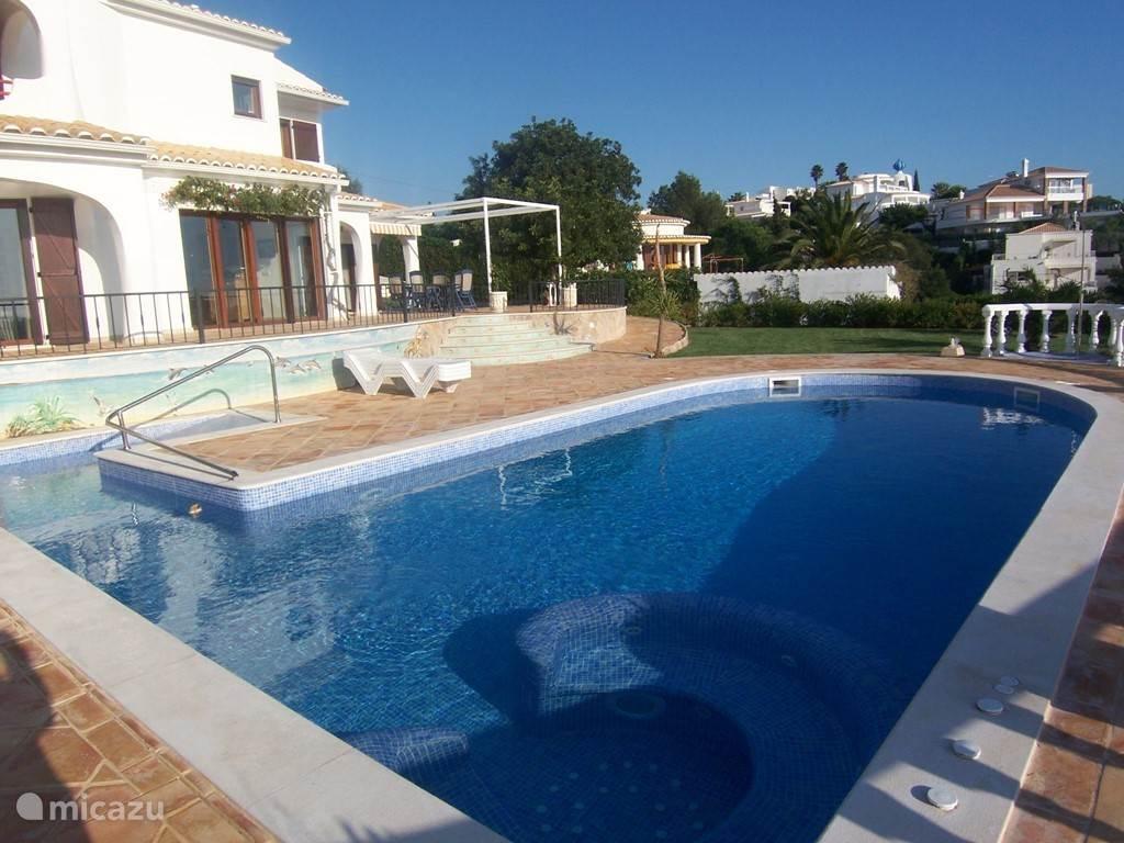 Ruim zwembad met ingebouwde jacuzzi, en mogelijkheid om te verwarmen