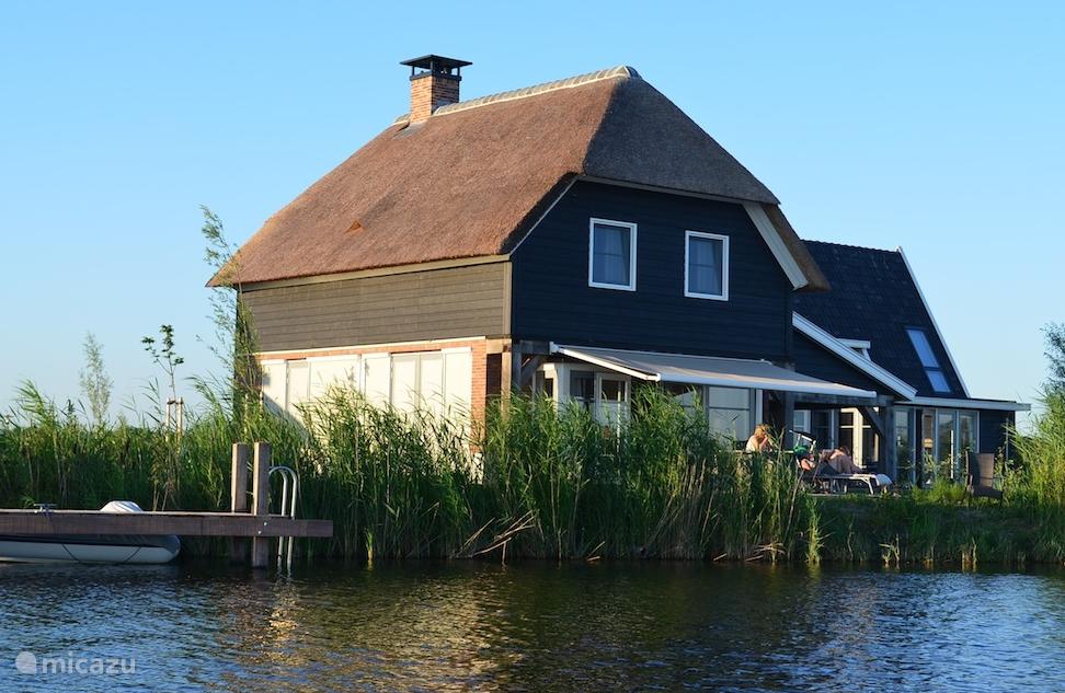 Schiphuiswoning 533 ligt prachtig direct aan het water. Het ruime terras is op het zuiden gelegen.