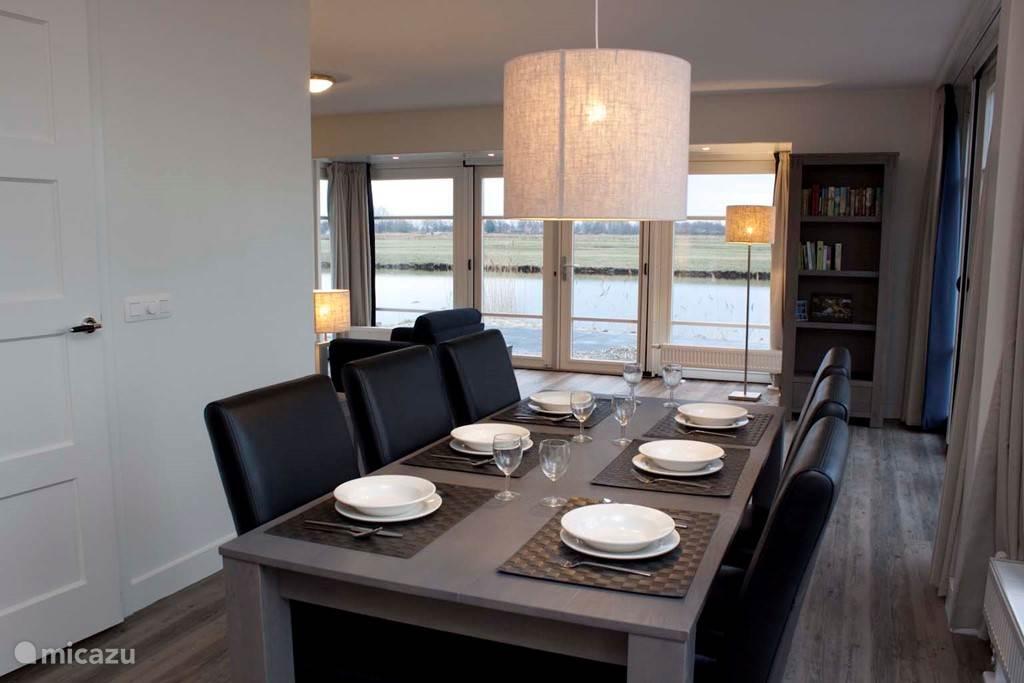 De eetkamer is voorzien van een ruime eettafel met 6 stoelen. Voldoende ruimte om met zijn allen gezellig te eten.