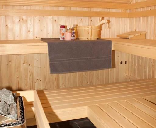 De ruime sauna is traditioneel gestookt. De sauna vindt u op de eerste verdieping.