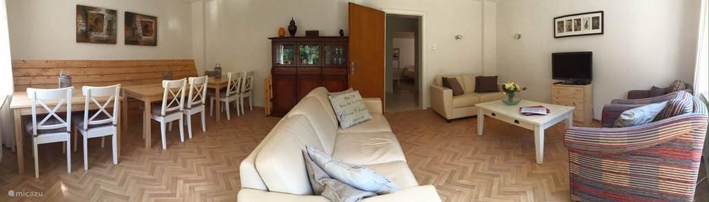 Panorama foto van de woonkamer