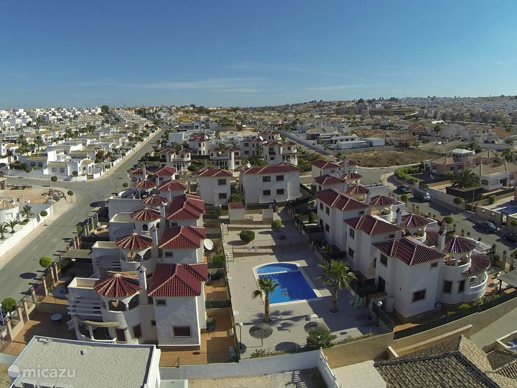 De foto toont u een mooi overzicht van de 15 huisjes die deel uitmaken van de 'comunidad'. Las Golondrinas uw vakantiewoning bevindt zich helemaal bovenaan  als voorlaatste in de rechterbovenhoek. Het zwembad is gemeenschappelijk maar fungeert als een privézwembad. U zwemt er dus meestal alleen!