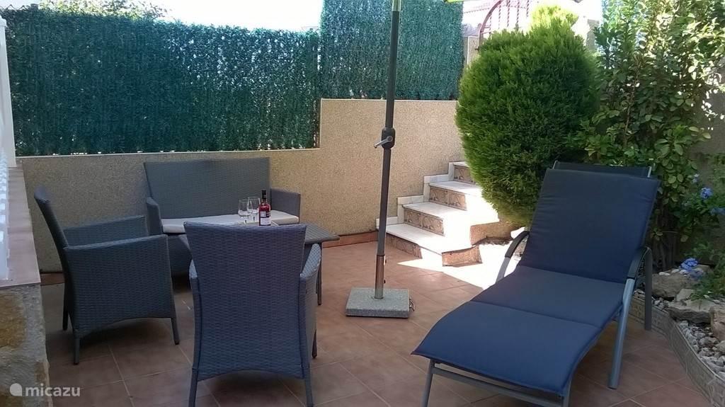 ... het niveau van de ingesloten tuin is wat lager dan het niveau van het zwembad wat zorgt voor heel veel privacy