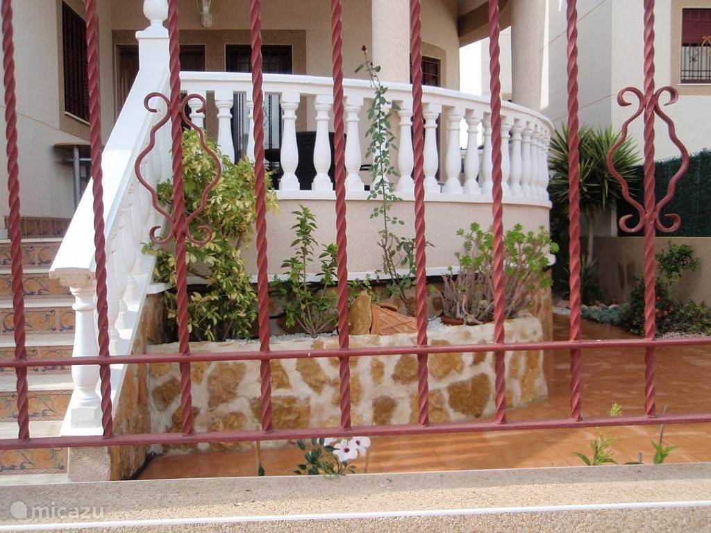Een irregatiesysteem zorgt voor  weelderig groen en eigen onbespoten fruit. Ons vakantiehuis staat niet voor niets in de appelsienenstreek 'Valencia'!