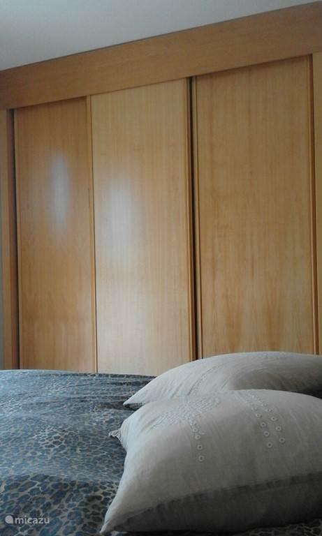 Zowel de 1e slaapkamer als de 2e zijn voorzien van zeer ruime inbouwkasten.