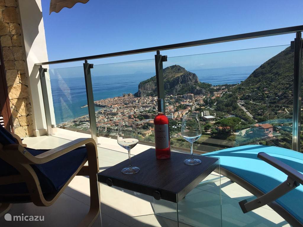 Uitzicht op zee en Cefalù vanaf de veranda.