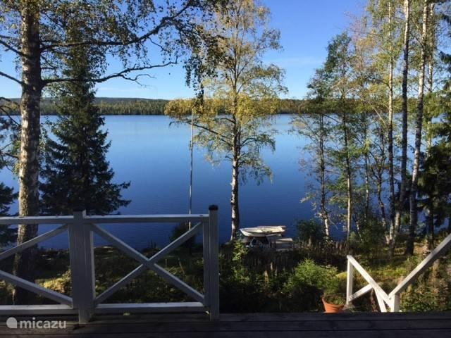 Vanaf het terras heeft u een geweldig uitzicht over het meer . U heeft beschikking over een eigen roeiboot en kano die aan onze eigen steiger ligt.