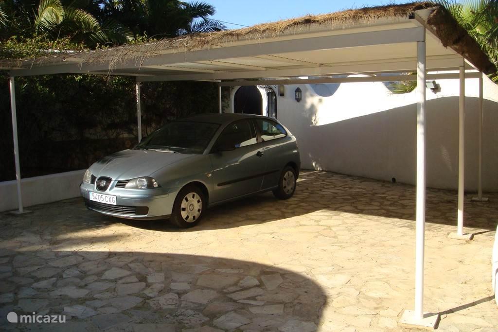 Overdekte privé carport voor meerdere auto's