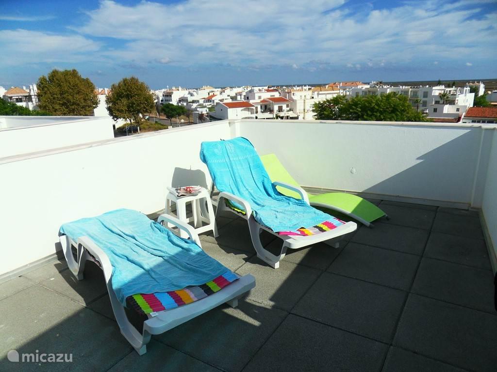 relaxstoelen op dakterras