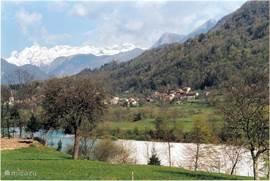 Zicht op Kamno, de Soca-rivier en de Julische Alpen