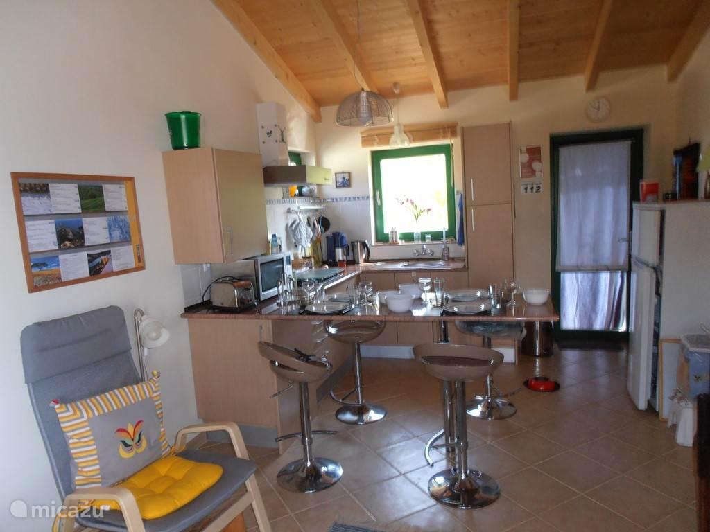Keukenhoek met eetbar en uitgang