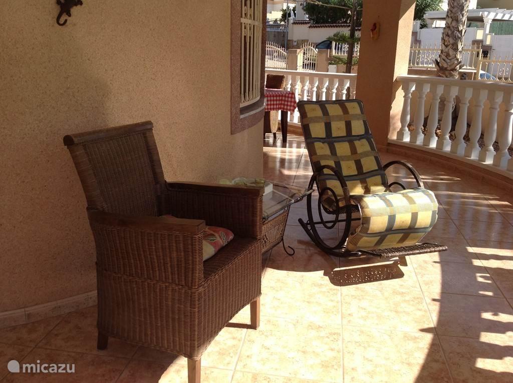 Terras met schommelstoel