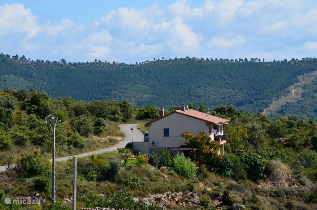 Het huis ligt in de uitlopers van de Pyreneeën, waar het ruige bergland overgaat in wijnvelden  en amandel- en olijfboomgaarden