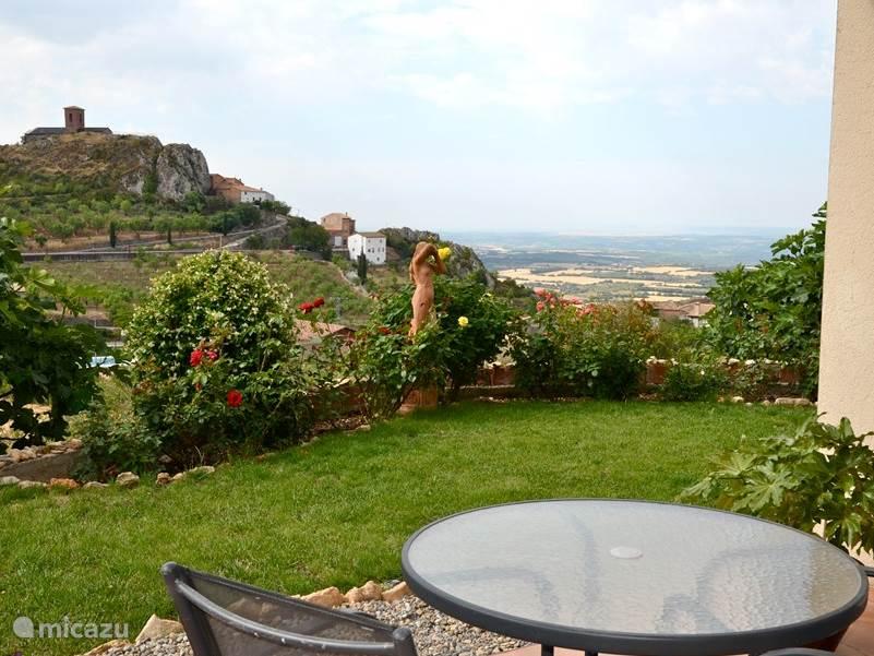 Vanaf het terras heeft u een prachtig uitzicht op het dorpje en de vallei