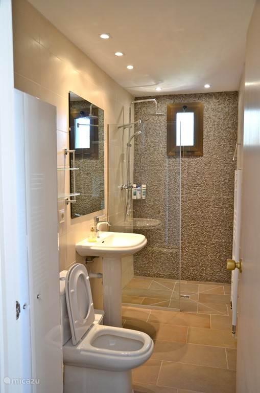 De badkamer beschikt over een ruime douche. Fohn aanwezig, evenals shampoo, douchegel en scheergel.