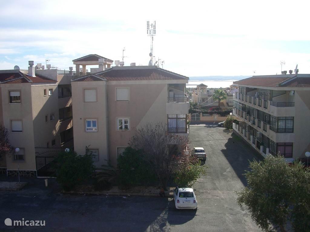 Uitzicht vanaf het balkon met gratis parkeerplaatsen voor de deur.
