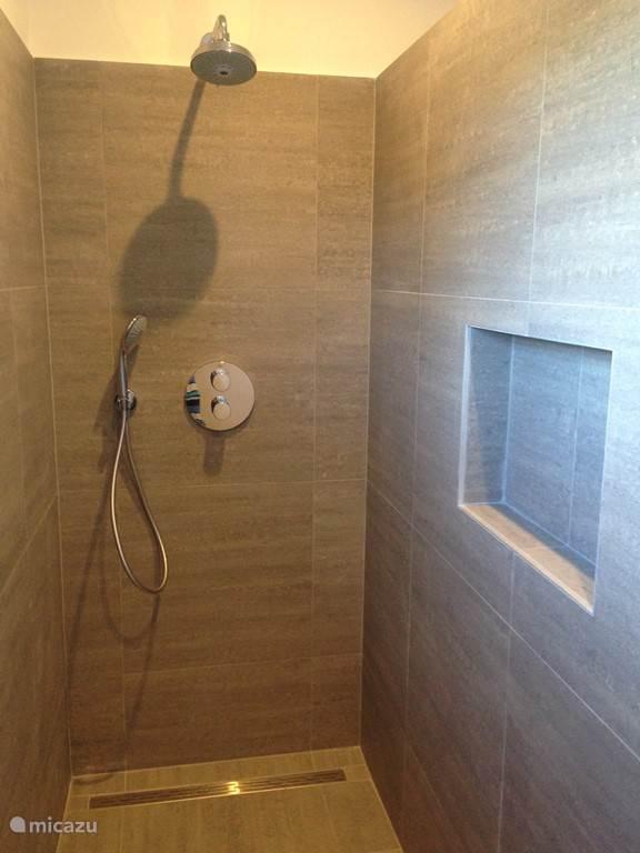Walk-in douche in elk van de drie badkamers