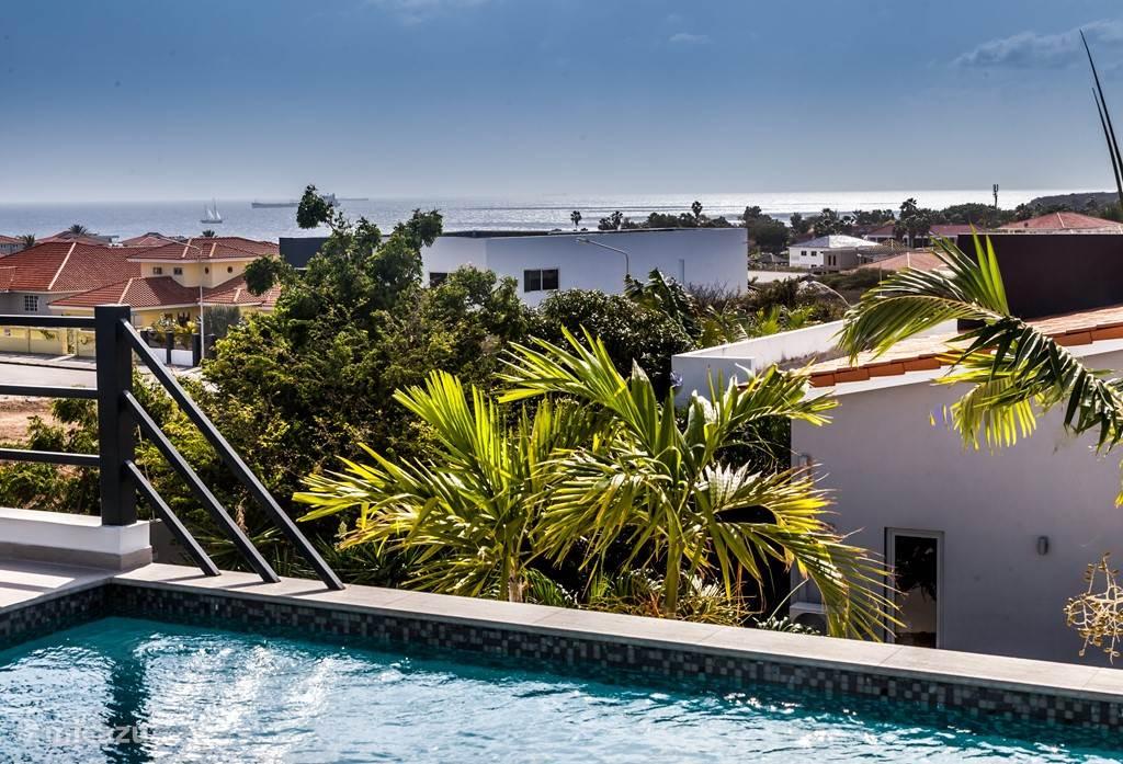 Adembenemend uitzicht vanuit het zwembad