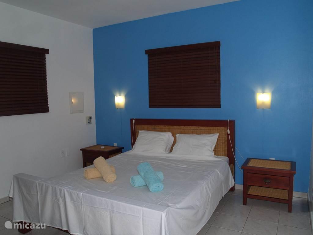 Slaapkamer met tweepersoonsbed voorzien van airco en kledingkast