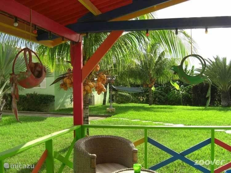 Lounge huisje met uitzicht op de tuin