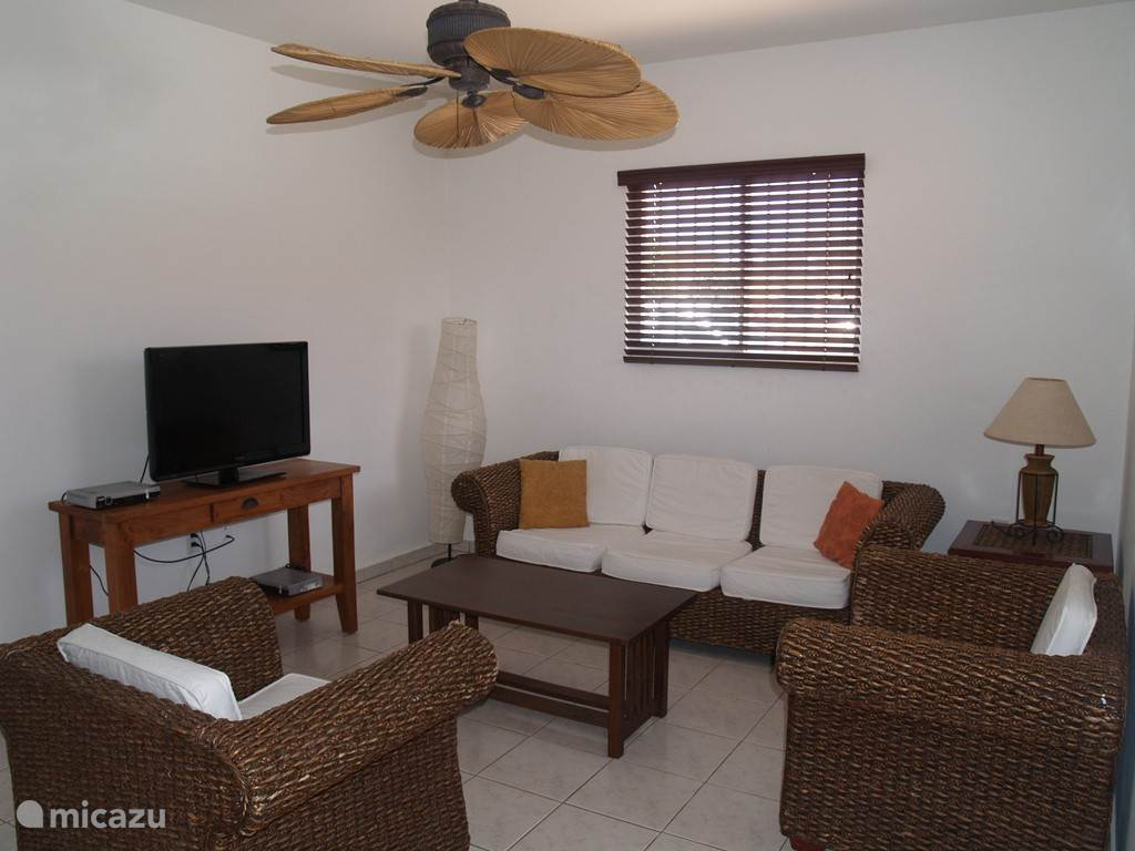 Livingroom with cabel tv, fan and free wifi