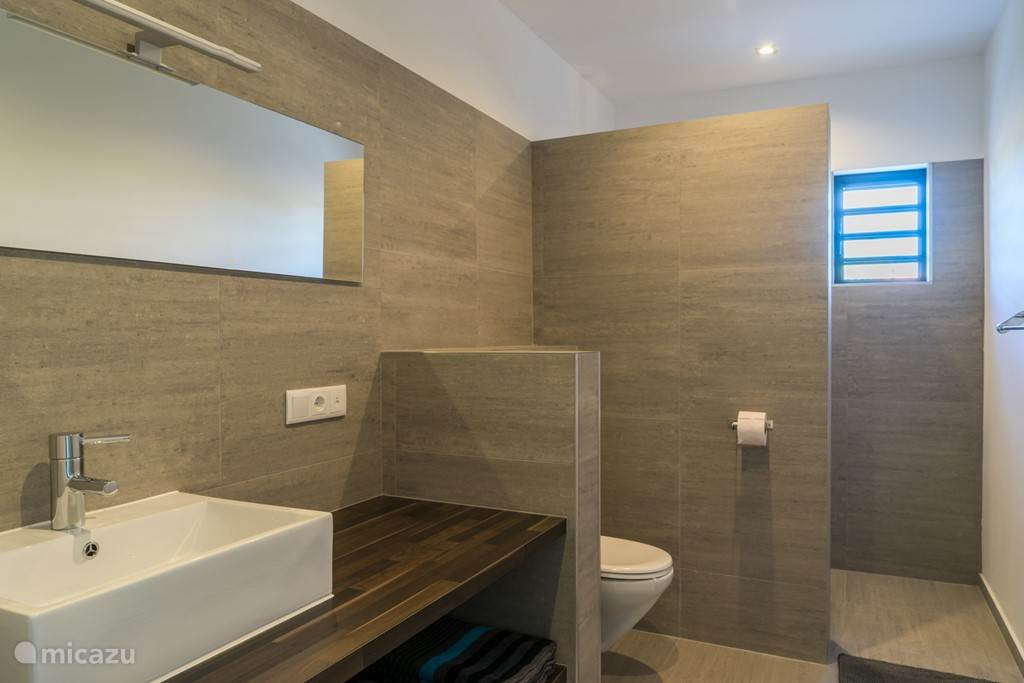 Shared bathroom for two bedrooms