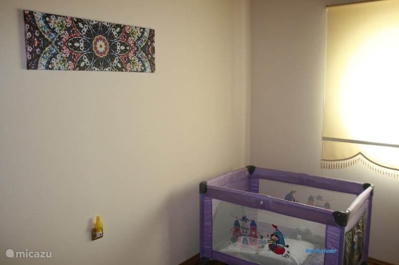 Slaapkamer met babybedje