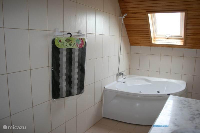 Badkamer met jacuzzi