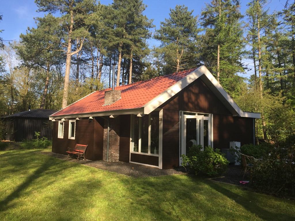Luxe vakantiehuis op toplocatie. Midden in het bos. Lange boswandelingen in de herfstvakantie en dan opwarmen bij de buiten of binnenkachel.